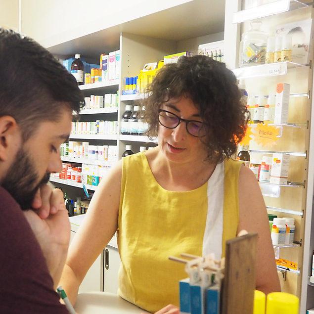 Nadia Goullencourt donnant des conseils à un client