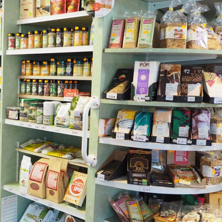 rayonnage de diverses aliments : nourriture pour chat, épices, chocolat, pain de mie