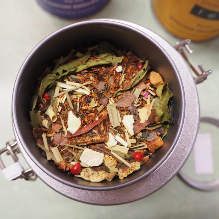 Fleurs de thés bio dans leur pots en métal